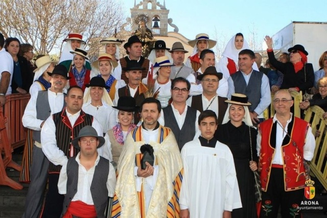 Magos y magas de la política en la Romería aronera de San Antonio Abad (2013)