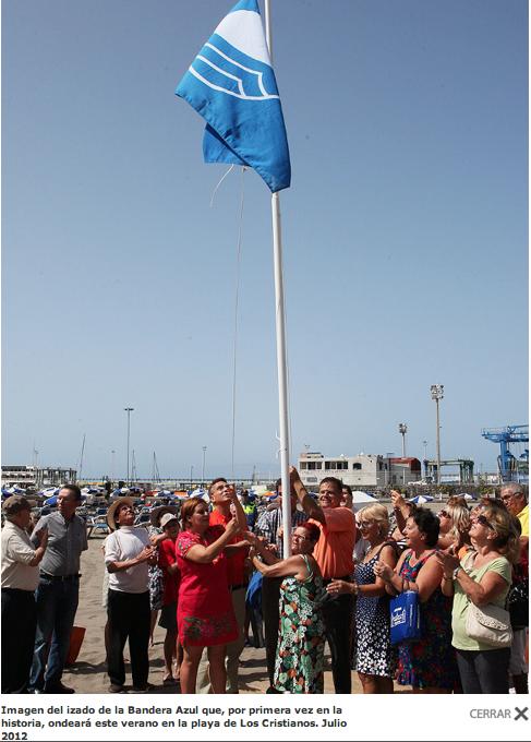 Izado festivo de la bandera azul de Los Cristianos en julio de 2012 (cuando el ex alcalde intentaba que su condena pasara desapercibida)