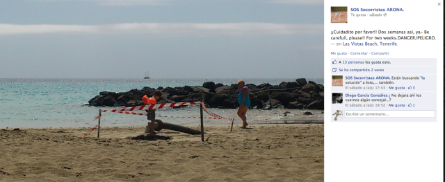 Un niño cotillea en la zona restringida al baño por peligro en la playa de Las Vistas