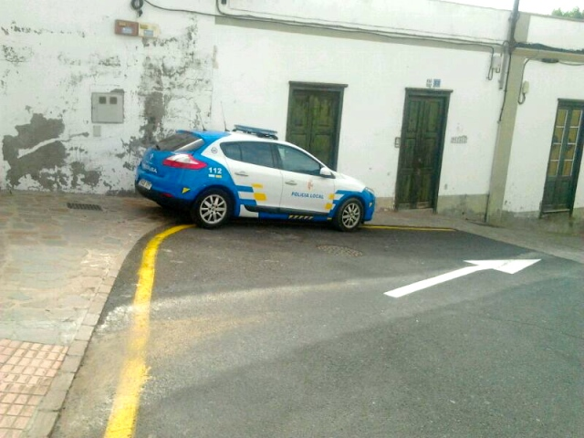 Vehículo de la Policía Local aparcado en prohibido en Arona casco.