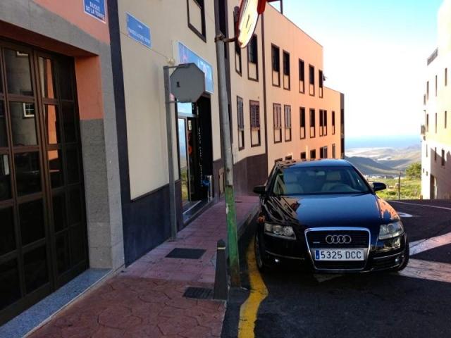 El alcalde de Arona y su chófer aparcan en prohibido para ir a desayunar pastelitos.