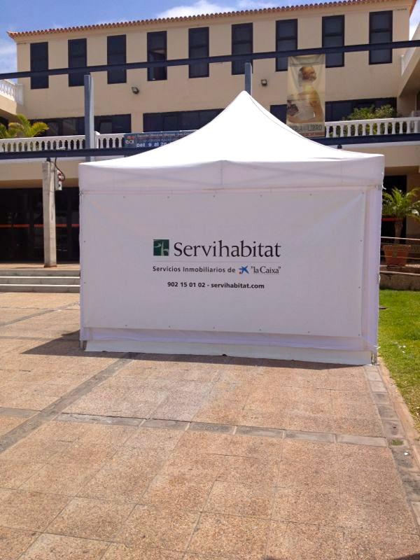 Carpa promocional de Servihabitat en la plaza del centro cultural de Los Cristianos.