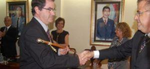 Todo por mantener el cargo (Niño y Sosa dándose la mano y, al fondo a la izquierda, el próximo candidato de CC a la Alcaldía de Arona, Miguel Agrio Méndez).